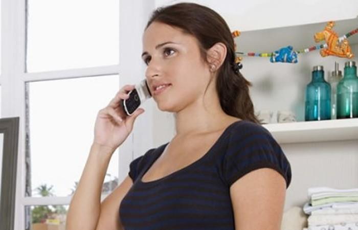 Voyant au téléphone pour parler de votre futur bébé